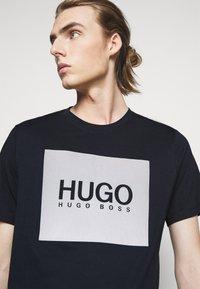 HUGO - DOLIVE - T-shirt imprimé - dark blue - 3