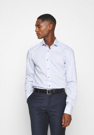 SLIM FIT - Camicia elegante - hellblau/weiß