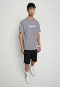 Napapijri - BEATNIK - T-shirt med print - grey gull - 1