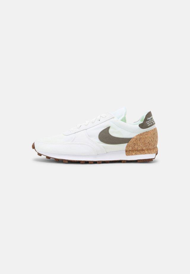 DBREAK-TYPE UNISEX - Sneakersy niskie - white/galactic jade/white/volt