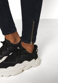 Diesel - SLANDY-LOW-ZIP - Jeans Skinny Fit - dark blue - 4