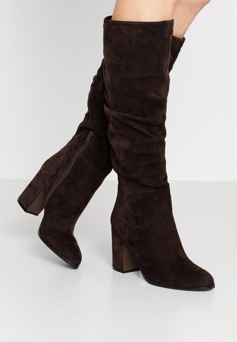 Adele Dezotti - Boots - testa di moro