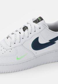 Nike Sportswear - NIKE AIR FORCE LOW - Sneakersy niskie - white/aquamarine-lime glow-off noir - 5