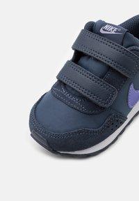 Nike Sportswear - MD VALIANT UNISEX - Sneakers laag - thunder blue/purple pulse/white - 5