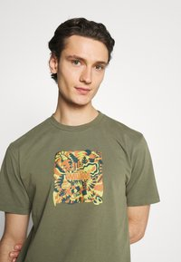 WAWWA - JUNGLE LOGO UNISEX - Print T-shirt - khaki green - 3