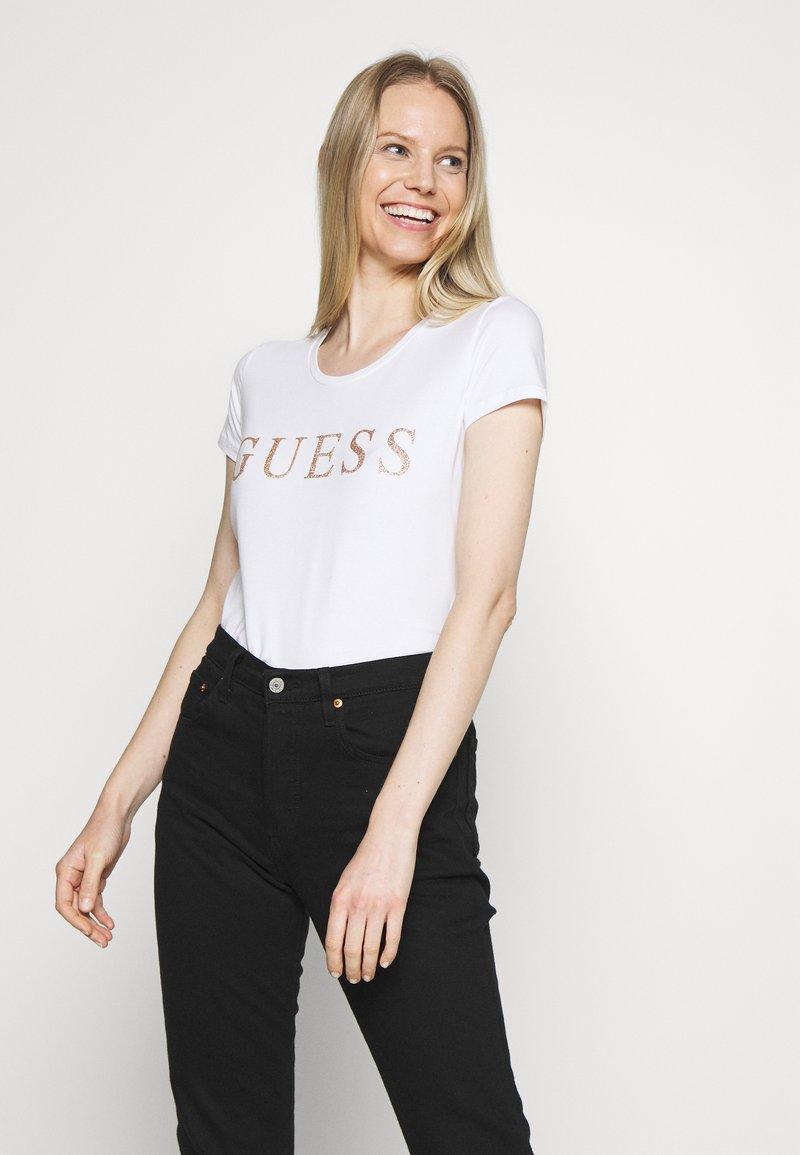 Guess - ANGELIKA  - Print T-shirt - true white