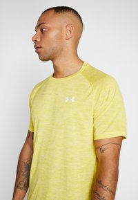 Under Armour - HEATGEAR TECH  - Camiseta estampada - eureka yellow/white - 5