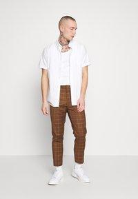 New Look - GRID CROP  - Spodnie materiałowe - tan - 1