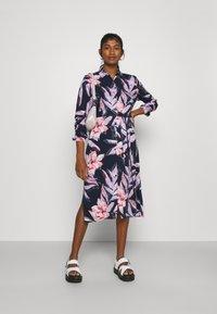 Vila - VIDANIA BELT SHIRT DRESS - Košilové šaty - navy blazer/lana - 1