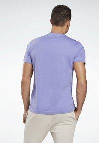 Reebok - GRAPHIC SERIES REEBOK STACKED TEE - Print T-shirt - purple - 2