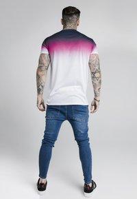 SIKSILK - HIGH FADE TEE - Printtipaita - navy/neon pink - 2
