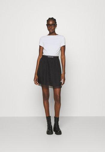 LOGO WAISTBAND DRESS - Sukienka z dżerseju - bright white