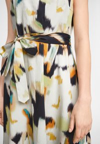 comma - MIT ALLOVER-PRINT - Day dress - navy faded flower - 4