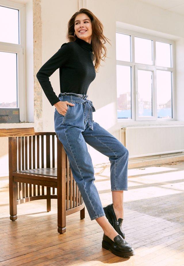 ONLJANE PAPERBAG BELT - Jeans baggy - medium blue denim