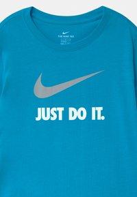 Nike Sportswear - Triko spotiskem - laser blue - 2