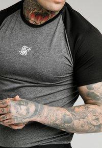 SIKSILK - ENDURANCE GYM TEE - T-shirt con stampa - black/grey - 4