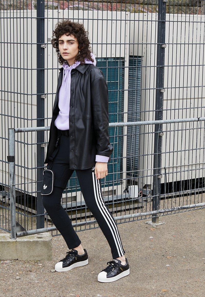 Viajero Infrarrojo Normalmente  adidas Originals SUPERSTAR BOLD W - Trainers - black - Zalando.co.uk