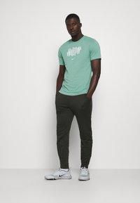 Nike Performance - DRY TEE WILD RUN - T-Shirt print - healing jade - 1