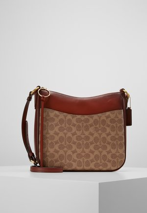 SIGNATURE CHAISE CROSSBODY - Torba na ramię - tan rust
