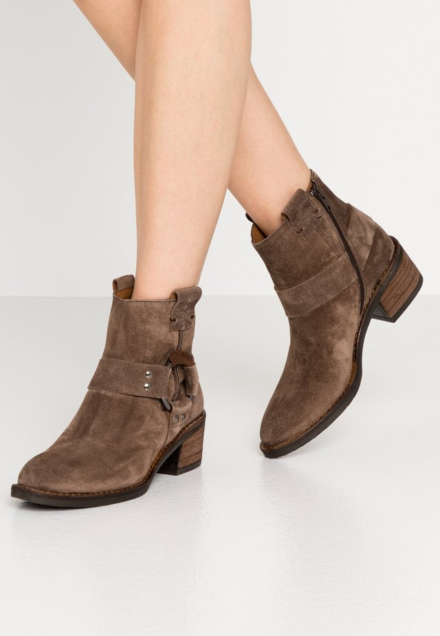 NELLY - Ankle boot - bison