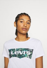 Levi's® - THE PERFECT TEE - T-shirt imprimé - white - 3