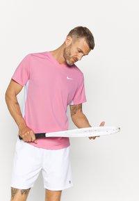 Nike Performance - Jednoduché triko - elemental pink/white/white - 3
