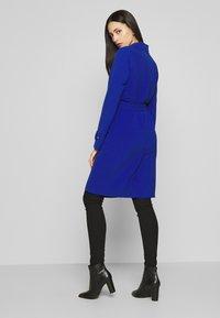 ONLY Tall - ONLUNNA DRAPY COAT TALL  - Kåpe / frakk - mazarine blue - 2