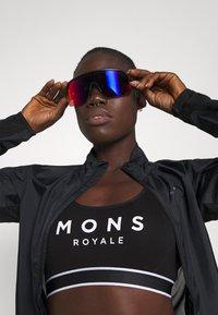 Mons Royale - STELLA X BACK BRA - Sportovní podprsenky s lehkou oporou - black - 4