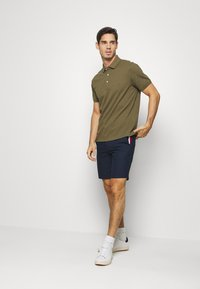 Tommy Hilfiger - DENTON CORP STRIPE - Shorts - blue - 1