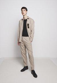Theory - GRAHAM ALARO STRIPE - Pantalon classique - beige stone - 1