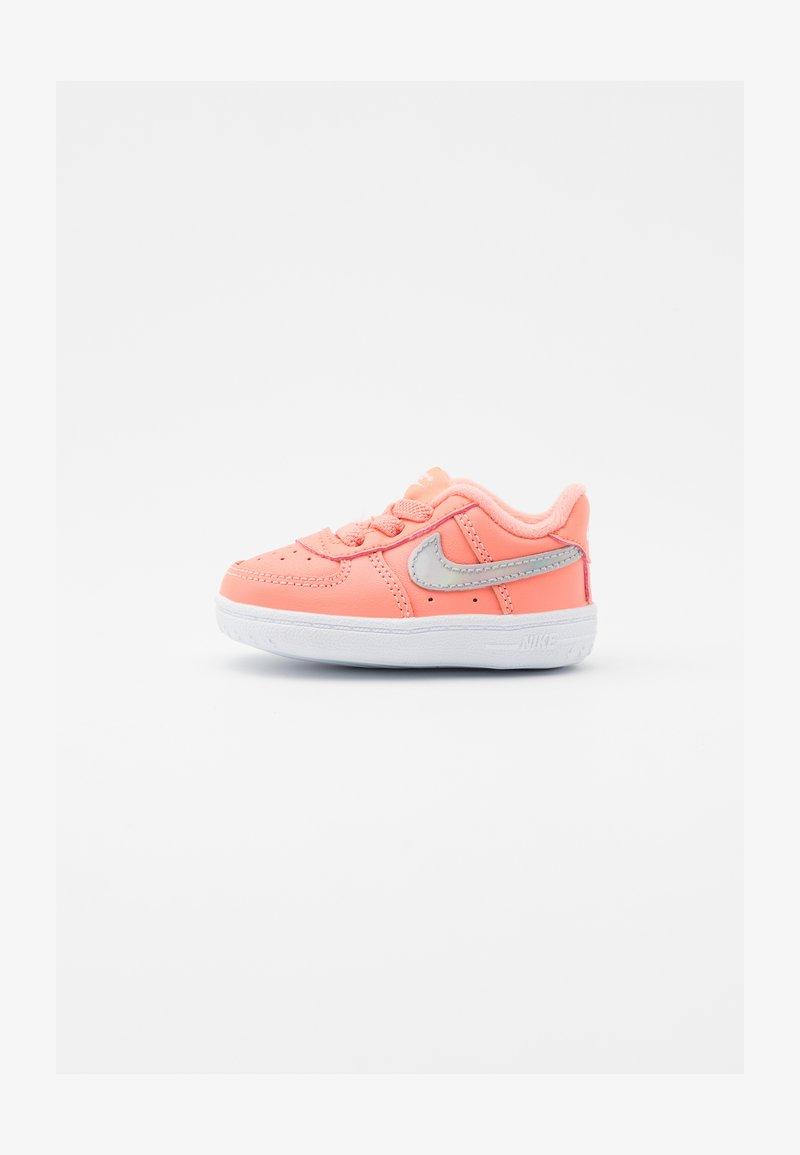 Nike Sportswear - FORCE 1 CRIB  - První boty - atomic pink/metallic dark grey/white