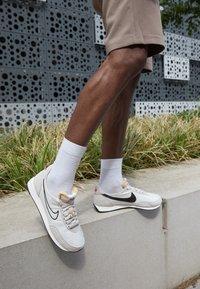 Nike Sportswear - WAFFLE TRAINER 2 - Tenisky - sail/light bone/black/university red - 2