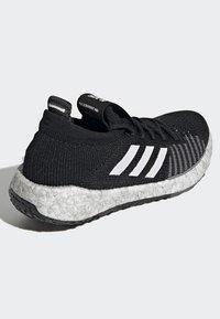adidas Performance - PULSEBOOST HD - Obuwie do biegania treningowe - black - 3