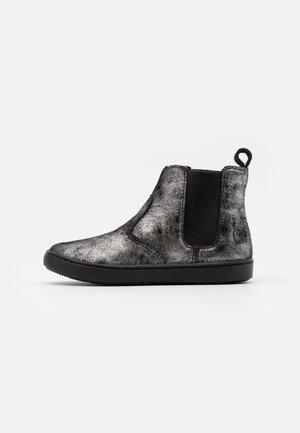 PLAY CHELSEA - Kotníkové boty - black/silver