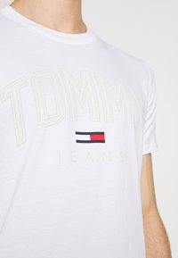 Tommy Jeans - SHADOW TEE UNISEX - T-shirt med print - white - 4