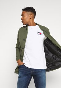 Tommy Jeans - BOX FLAG TEE - Printtipaita - white - 3