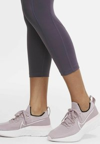 Nike Performance - EPIC FAST CROP - Medias - dark raisin - 7