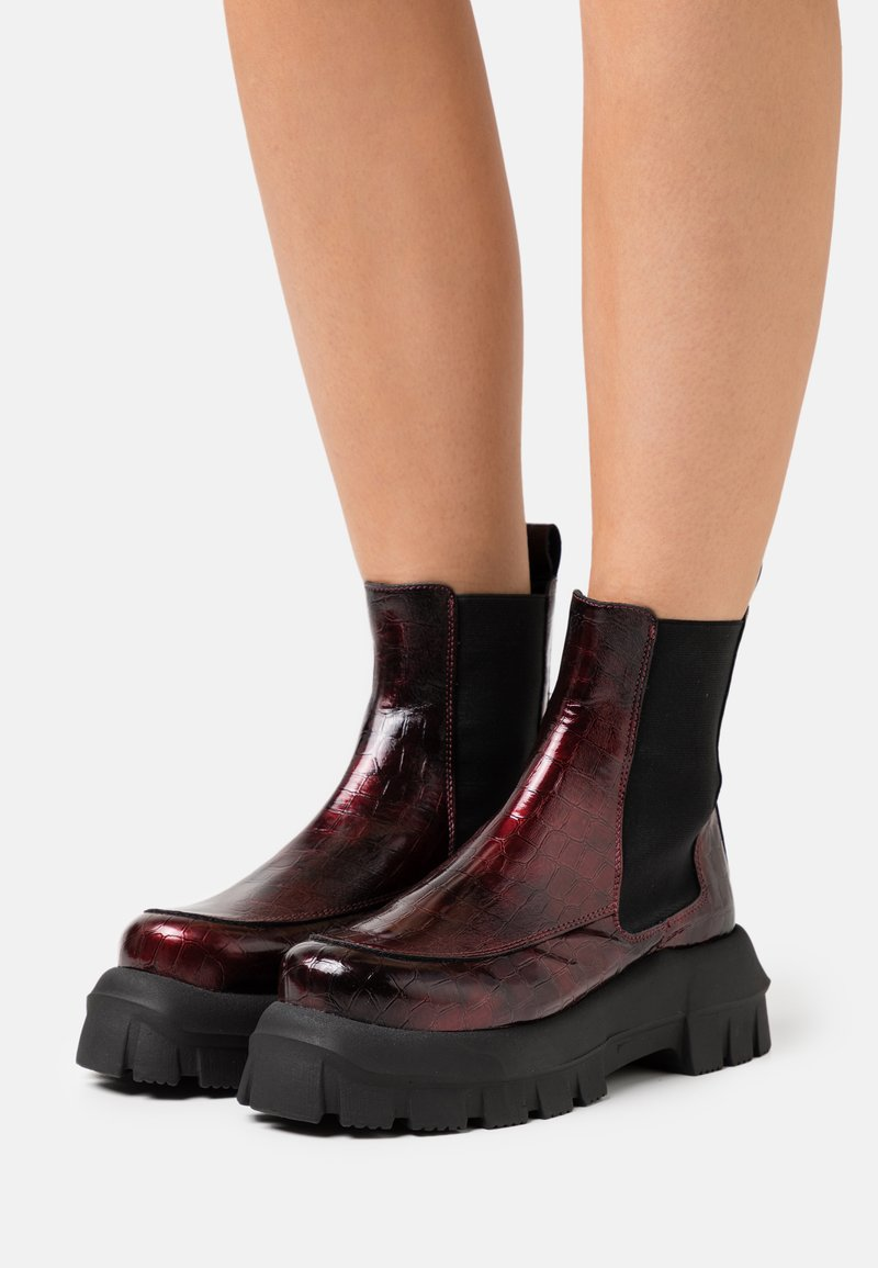 Topshop - VEGAN VIOLET ROUND TOE BOOT - Kotníkové boty na platformě - burgundy
