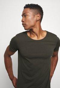 Lee - SHAPED TEE - Basic T-shirt - serpico green - 3