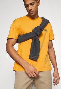 Napapijri The Tribe - YOIK UNISEX - Print T-shirt - yellow solar - 3
