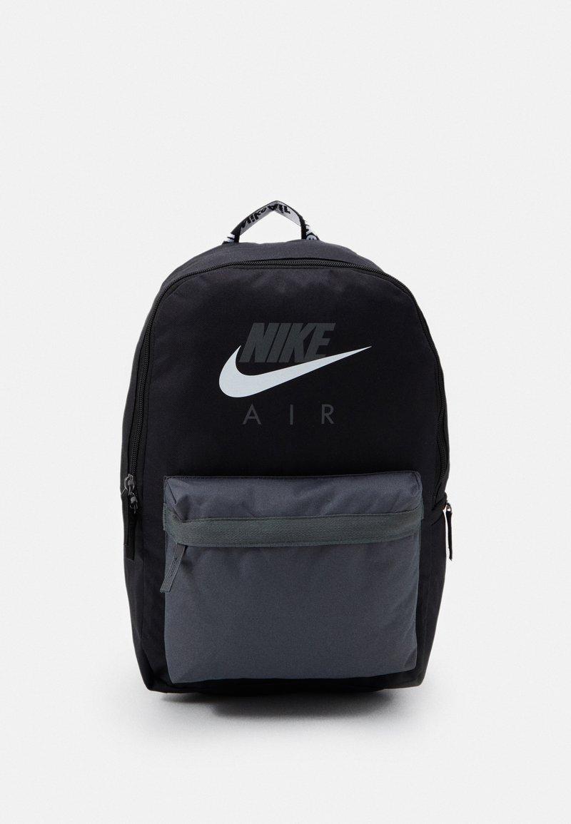 Nike Sportswear - AIR HERITAGE UNISEX - Rygsække - black/iron grey/white