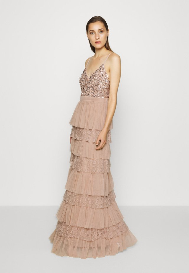 CAMI TIERED MAXI DRESS WITH DETAIL - Gallakjole - taupe blush
