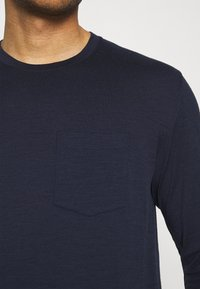 Icebreaker - MENS RAVYN POCKET CREWE - Long sleeved top - midnight navy - 5