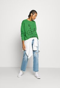 Levi's® - LEVI'S X PEANUTS UNBASIC CREW SWEATSHIRT - Sweatshirt - green - 1