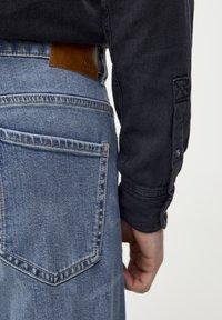 PULL&BEAR - HELLE SLIM-JEANS IM COMFORT-FIT 05682502 - Jeans slim fit - blue denim - 3