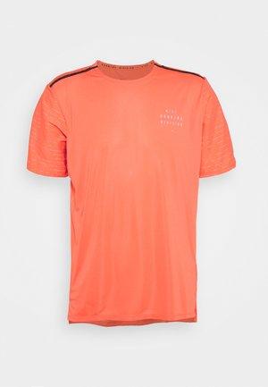 RUN RISE - T-shirt imprimé - magic ember/silver
