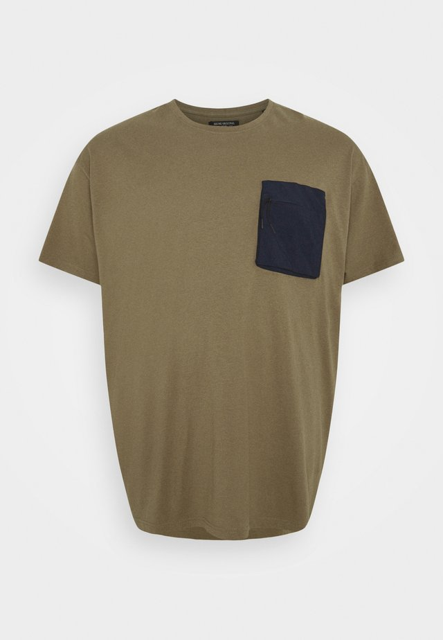 PATCH POCKET TEE  - T-shirts - army