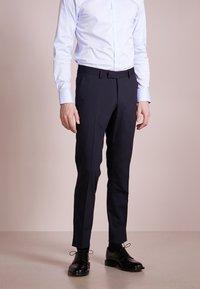 Tiger of Sweden - GORDON - Pantalon de costume - sky captain - 0