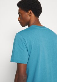 Selected Homme - SLHRELAXCOLMAN O NECK TEE - Basic T-shirt - bluejay - 5