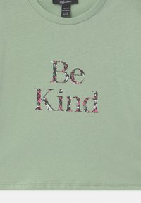New Look 915 Generation - BE KIND FLORAL LOGO  - T-shirt print - green - 2